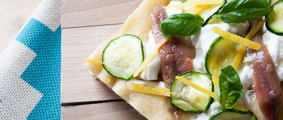Pizza focaccia con alici, stracciatella e limone con lievito madre