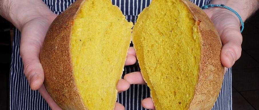 Pane alla curcuma e pepe con lievito madre