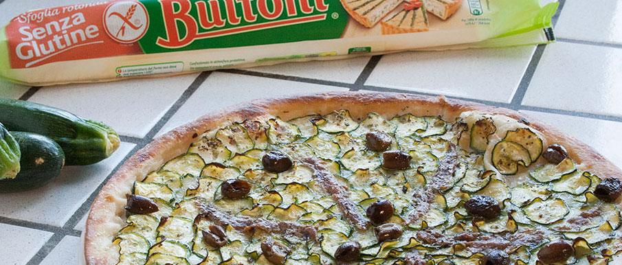 Pizza sfoglia senza glutine con zucchine, mozzarelle e alici