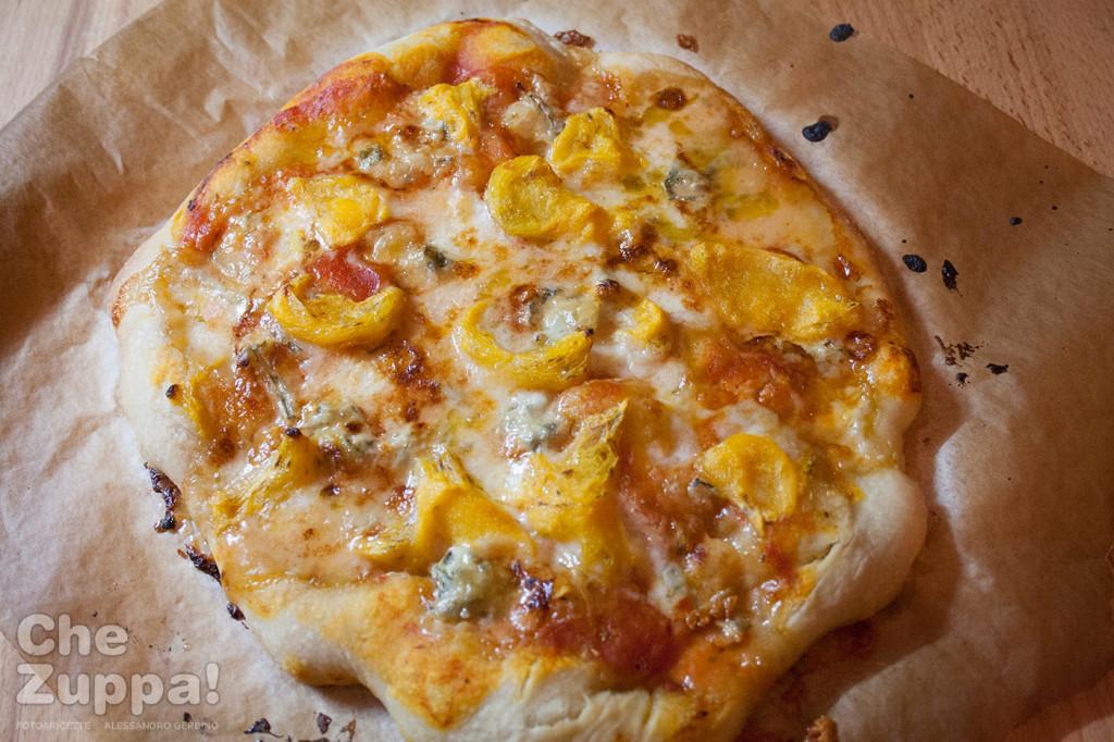 pizza con lievito madre con cachi e gorgonzola