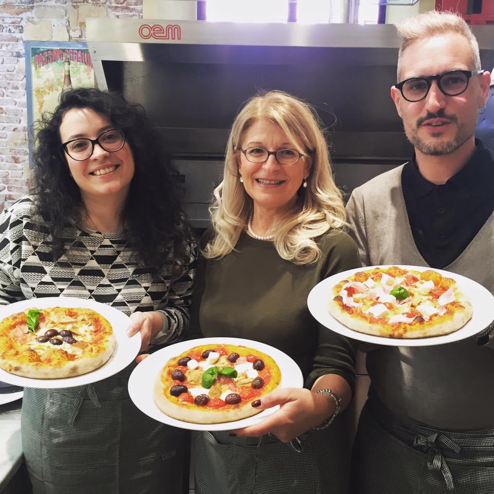Ed eccoci con le nostre pizze finite, da sinistra Lara, Sandra e io.
