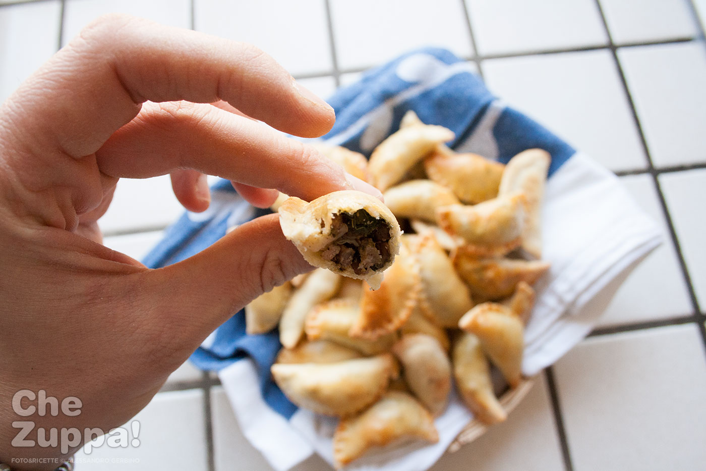 Ricetta Mezzelune per l'aperitivo ripiene di cime di rapa e carne.