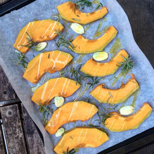 Come cuocere la zucca: zucca al forno con aglio e rosmarino