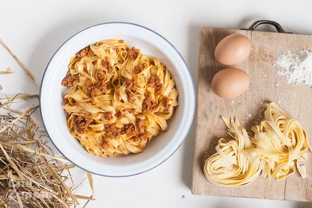 La ricetta del vero ragù alla bolognese. Tagliatelle all'uovo con bolognese sauce.