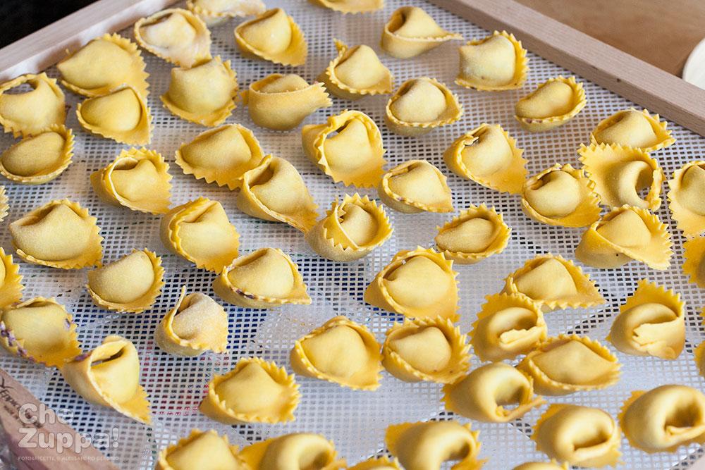 Tortelloni al radicchio e ricotta. Pasta fresca ripiena all'uovo
