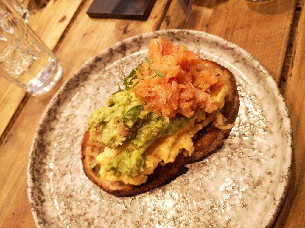 Colazione inglese, crostone con scrambled eggs e avocado