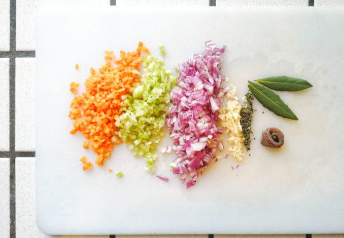 il soffritto per preparare i fagioli in umido