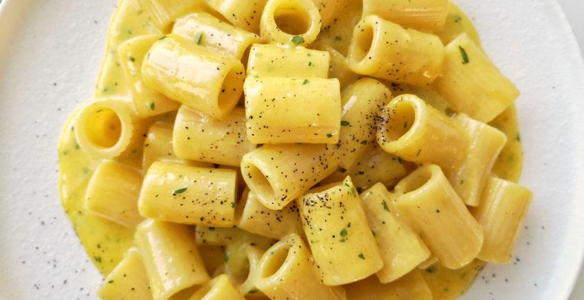 Pasta cacio e uova. ricetta cucina napoletana.