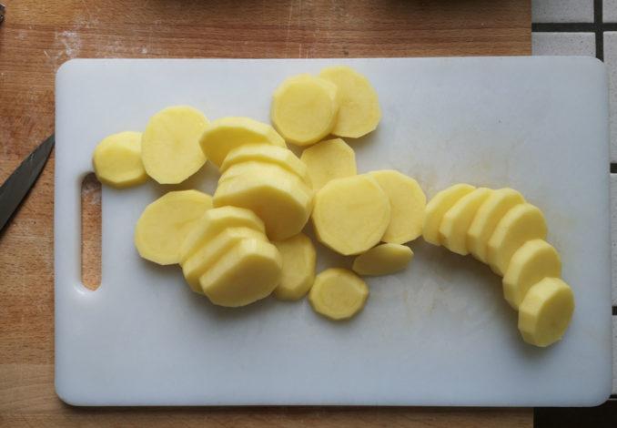 Patate tagliate a fette
