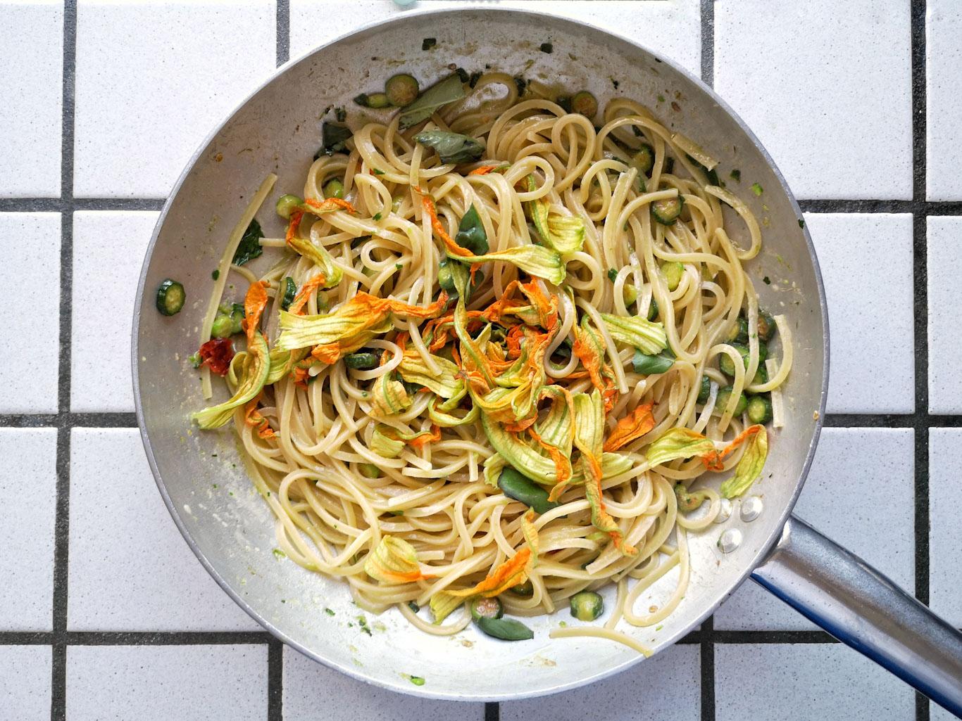 spaghetti alici e fiori di zucca