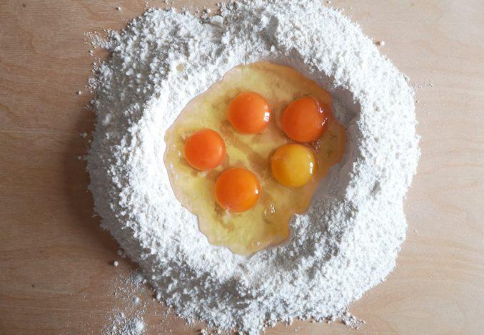 Preparazione della sfoglia emiliana con uova e farina