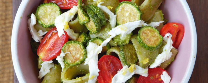 Pasta fredda con pesto zucchine e mozzarella. Insalata di pasta estiva