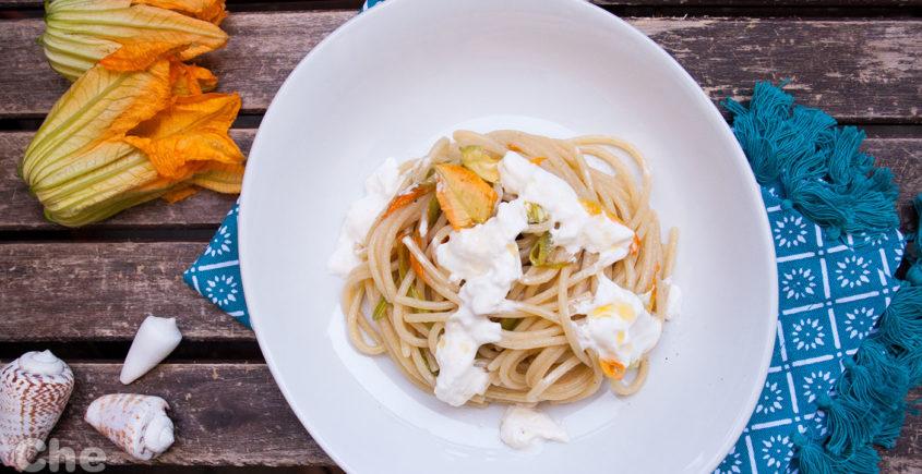 Spaghettoni con alici fiori di zucca e stracciatella