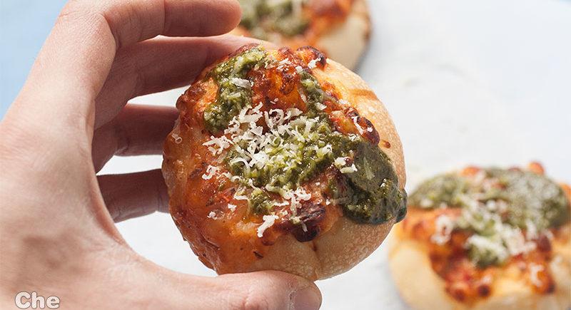 Pizzette con pesto e pecorino. Le ricette da divano