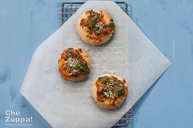 Pizzette con pesto e pecorino
