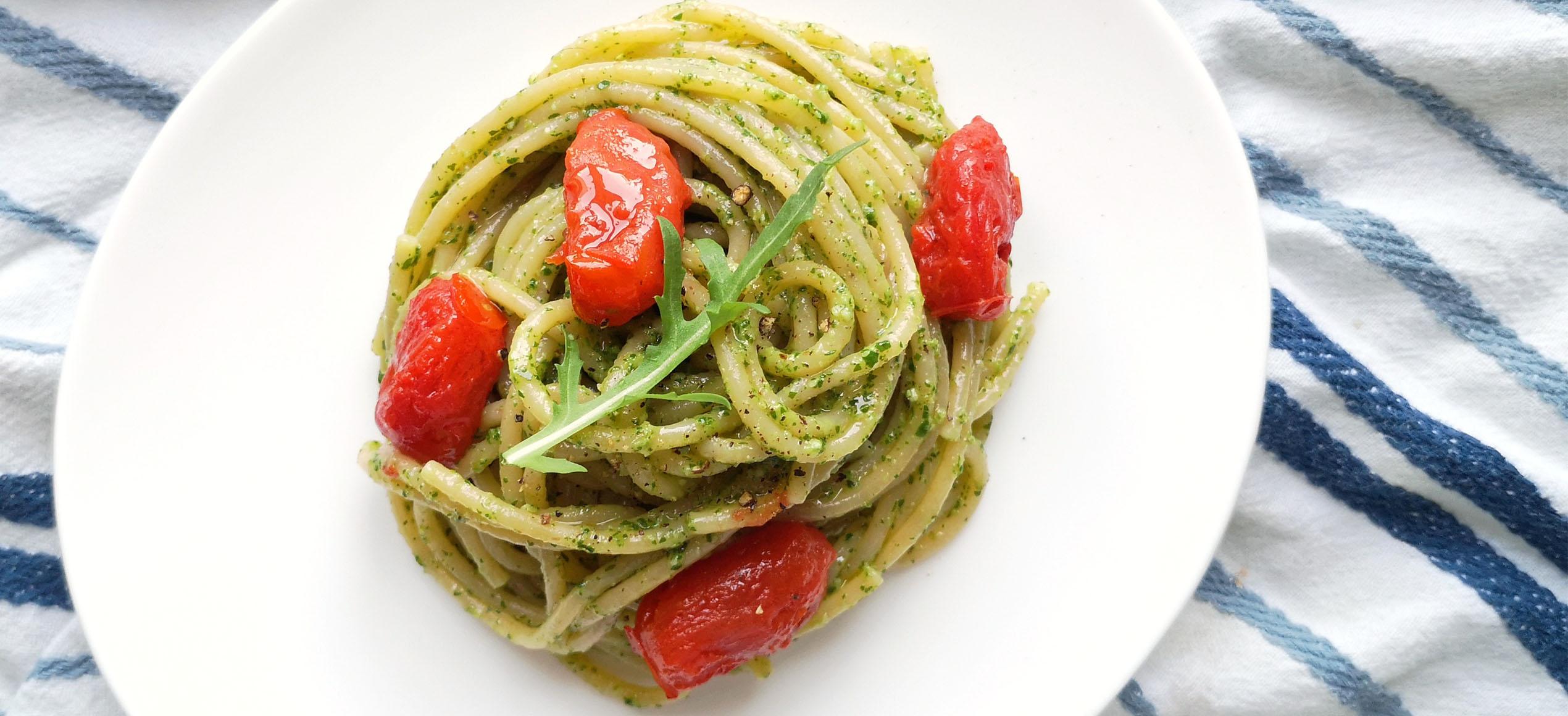 Spaghetti al pesto di rucola e pomodorini scoppiati