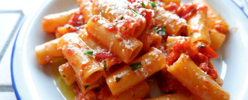 Pasta al sugo di peperoni e ricotta salata - di Alessandro Gerbino