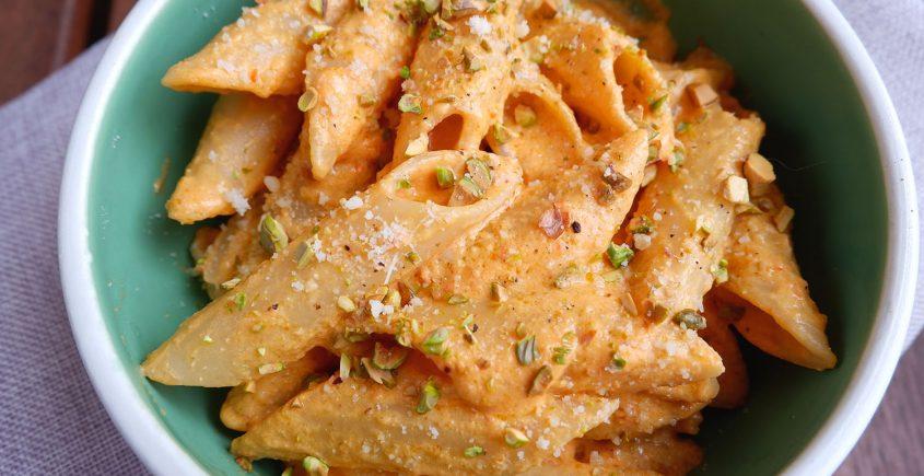 pasta con crema di peperoni feta e pistacchi